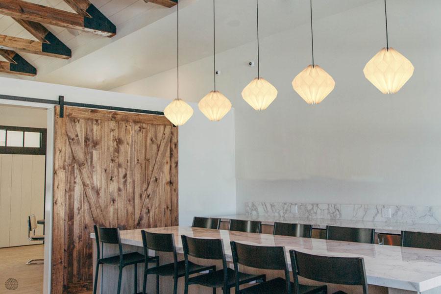 lampen-op-een-rij-boven-de-eettafel